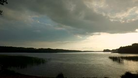 Regn över sjön i sommaren stock video
