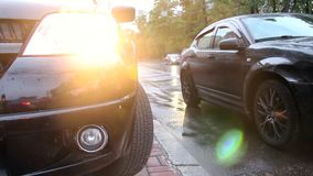 Regn för biltrafik, stadsmedel kör förbi, vått grov asfaltbeläggningväder arkivfilmer