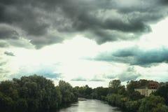 Regn för himmel för Mannheim Seckenheim Neckar River naturmoln arkivbild