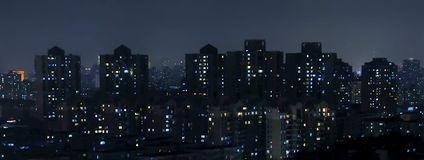 regn för stadshalvmånformignatt Royaltyfri Foto