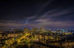 regn för stadshalvmånformignatt Royaltyfria Bilder