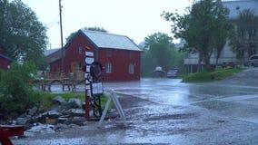 Regn i den norska byn stock video