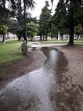 Regn i en offentlig fyrkant Royaltyfri Foto