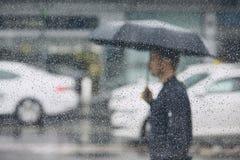 Regn i stad arkivfoton
