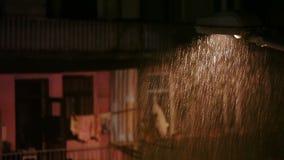 Regn i stad på natten lager videofilmer