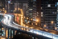 Regn kommer ner på den stads- tända motorvägen i Toronto, Ontario Kanada Arkivbilder