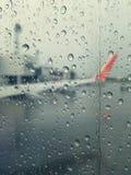 Regn med en flygplanvinge Arkivfoton