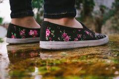 Regn och skor royaltyfri bild