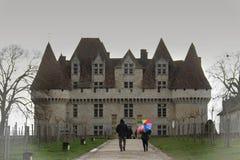 Regn på den Montbazillac slotten royaltyfria foton
