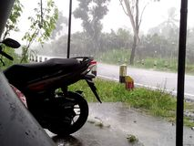 Regn på den våta säsongen för väg Fotografering för Bildbyråer