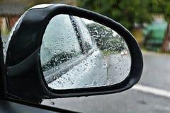 Regn på en bilspegel Arkivbild
