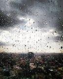 Regn på ett stads- fönster Royaltyfria Bilder