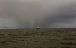 Regn på floden royaltyfri fotografi