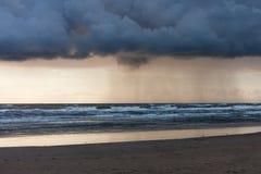 Regn på havet Fotografering för Bildbyråer