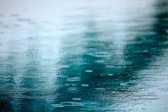Regn på pöl Arkivbild