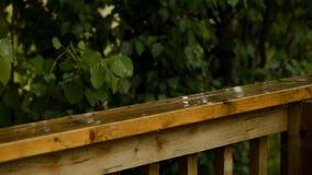 Regn som faller på en däckräcke stock video