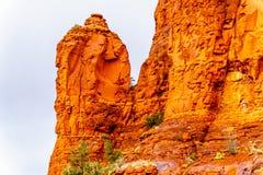 Regn som häller ner på de geologiska bildande av buttesna för röd sandsten som omger kapellet av det heliga korset på Sedona royaltyfria bilder