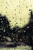 Regn tappar bakgrund/bakgrund med regndroppar i fokus arkivbilder