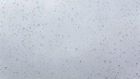 Regn tappar på fönsterexponeringsglas, regnig höstdag arkivfilmer