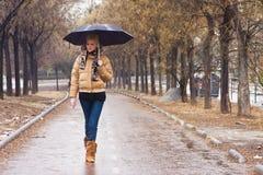 regn under att gå Fotografering för Bildbyråer