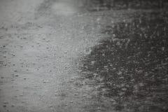 regna för asfalt fotografering för bildbyråer