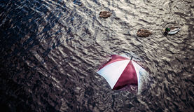 Regna för mycket? Fly dåliga vädret, semesterbegrepp Fotografering för Bildbyråer
