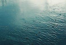 Regna höstdagen, den stads- platsen, väder Arkivfoton