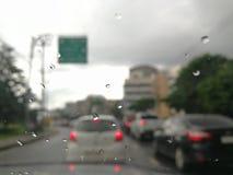 Regna, medan köra Arkivfoto