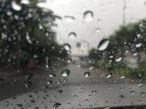 Regna, medan köra Arkivbilder