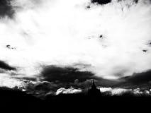 regna molnet och skugga av buddistisk byggnad Arkivbild