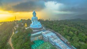 Regna på den stora Buddha för Phuket ` s i solnedgång Royaltyfri Bild