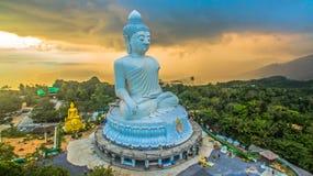 Regna på den stora Buddha för Phuket ` s i solnedgång Royaltyfri Foto