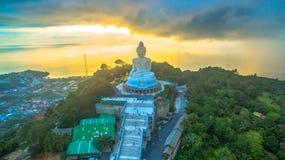 Regna på den stora Buddha för Phuket ` s i solnedgång Arkivfoto