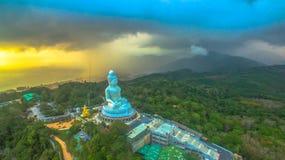 Regna på den stora Buddha för Phuket ` s i solnedgång Royaltyfria Foton