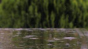 Regna på en parkeratabell lager videofilmer
