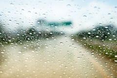 Regna små droppar på bilvindrutan, blockerad trafik Royaltyfri Bild