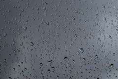 Regna tappar på ett fönster Fotografering för Bildbyråer