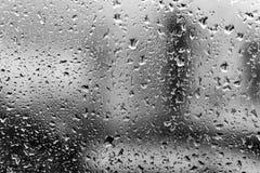 Regna tappar på ett fönster tappar det glass vattenfönstret Bakgrund Royaltyfri Fotografi