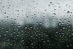 Regna tappar på fönster arkivbilder