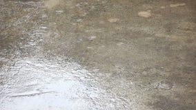 Regna vattendroppar på tom cementjordning lager videofilmer