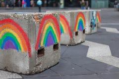 Regnbågar för glad stolthet målade på anti--terrorism konkreta kvarter royaltyfri foto