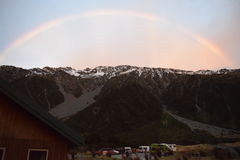 Regnbåge över bergen på soluppgångtid i monteringskock Arkivfoton