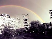 Regnbåge över byggnader Royaltyfri Foto