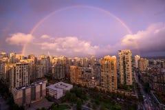 Regnbåge över centrum Arkivfoto