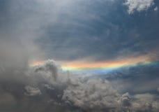 Regnbåge över den gråa molniga skyen Royaltyfria Bilder