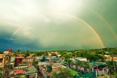 Regnbåge över den kubanska staden Guanabo Royaltyfria Bilder