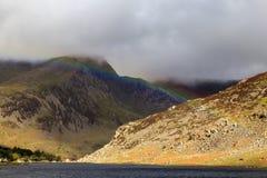Regnbåge över den Ogwen dalen Royaltyfria Foton