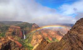 Regnbåge över den Waimea kanjonen Fotografering för Bildbyråer
