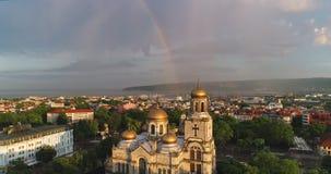 Regnbåge över domkyrkan av antagandet i Varna, Bulgarien lager videofilmer