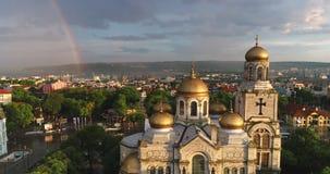 Regnbåge över domkyrkan av antagandet i Varna, Bulgarien arkivfilmer
